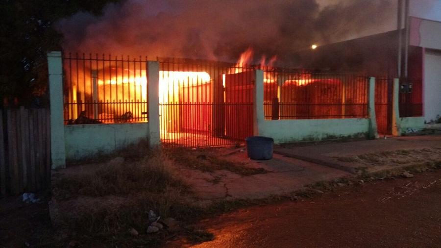 Mulher é presa suspeita de atear fogo em residência