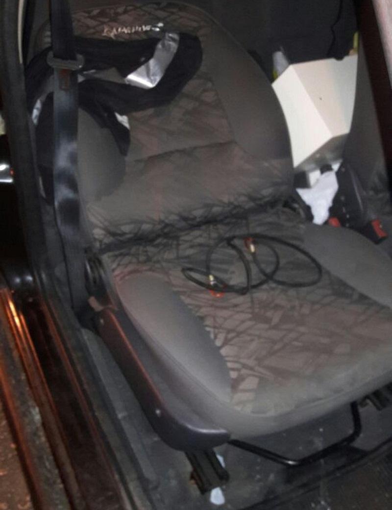 Jovem foi amarrada dentro do carro (Foto: Divulgação/PM)