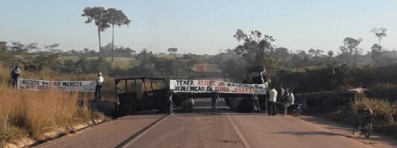 Rodovia bloqueada com maquinas destruídas pelo IBAMA