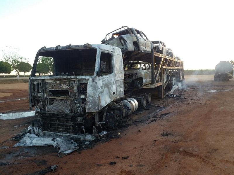 Oito viaturas e o caminhão cegonha foi destruído.
