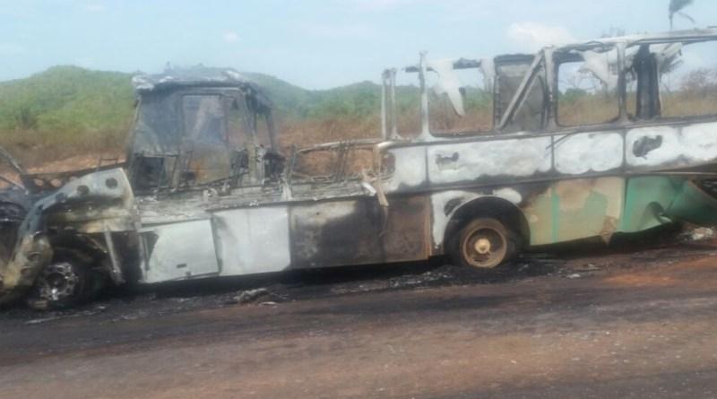 Ônibus e caminhão de empresa que faz manutenção na rodovia BR 163 batem de frente, os dois pega fogo
