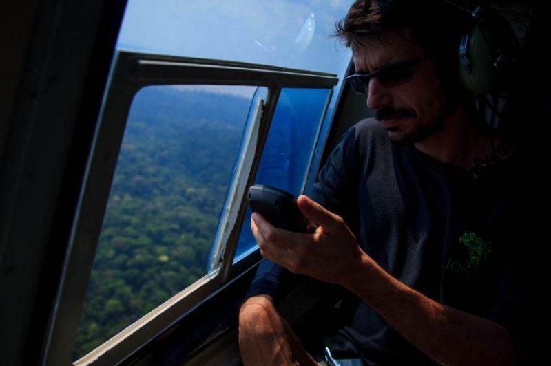 Checando coordenadas no GPS, de dentro do helicóptero usado na operação. Foto: Bernardo Camara