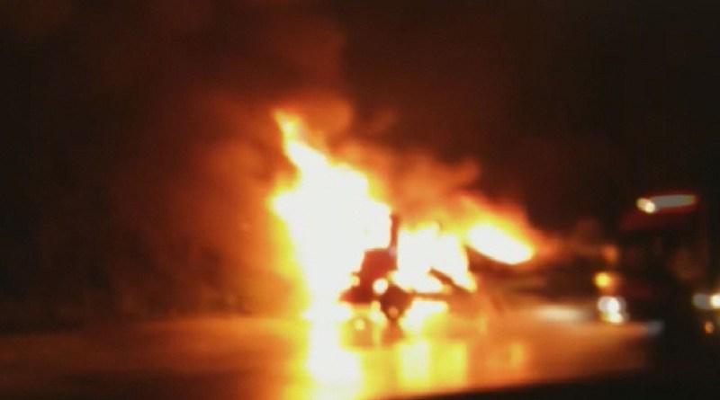 Carreta com cachaça pega fogo na BR 163