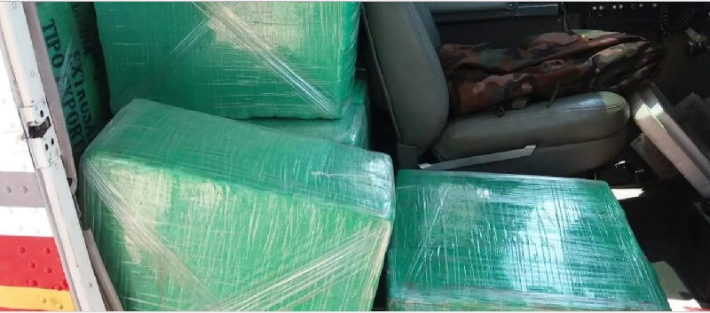 Aeronave que estava com 420 kg de cocaína está guardada no aeroporto de Tangará da Serra (Foto: Polícia Militar de MT)
