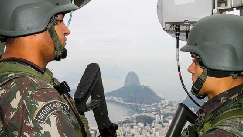 Dois homens do Exército patrulham o Rio: Para Villas Bôas, estilos diferenciados de liderança não permitem traçar perfil ideal para um comandante do Exército [ Foto: Exécito Brasileiro]