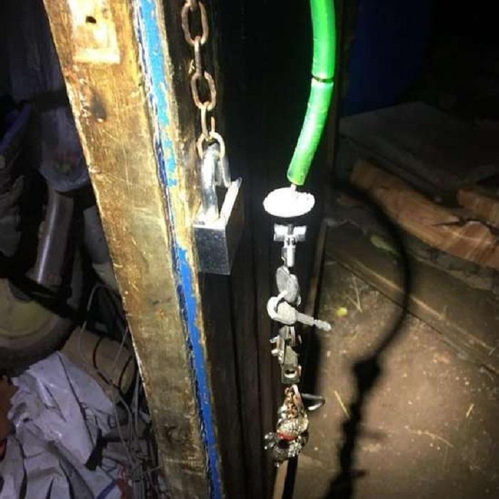 Porta do galpão com corrente e cadedo: Porta do galpão estava trancada com cadeado | Fonte: Polícia italiana