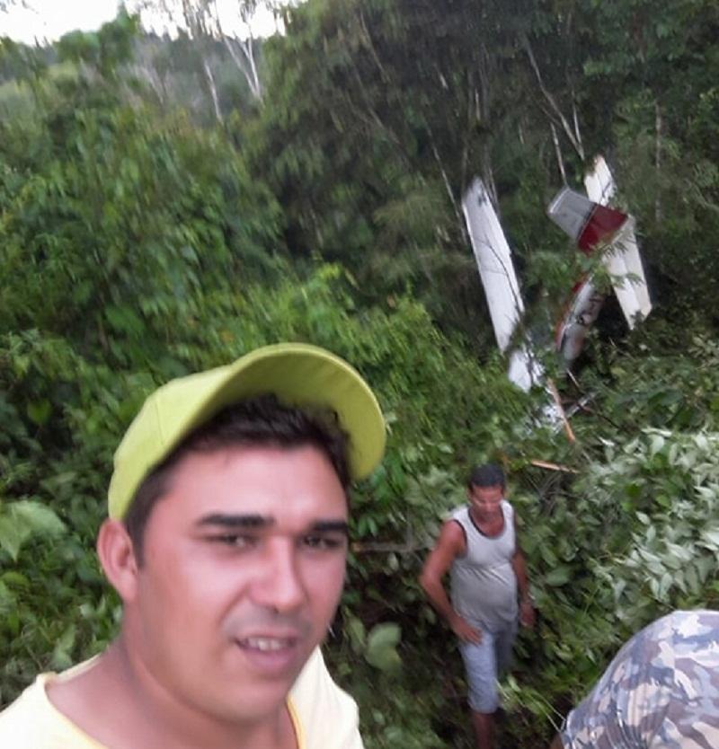 Populares ajudaram no resgate do piloto e passageiro e aproveitaram para fazer self. (Foto WhatsApp)