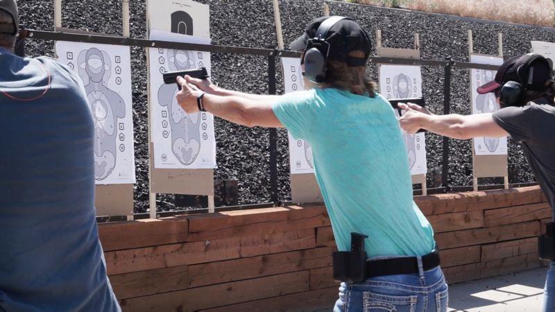 Image caption Em treinamento no Colorado, funcionários têm antecedentes analisados antes de iniciarem o curso   Foto: Faster/Divulgação