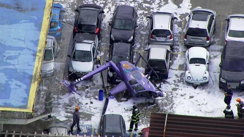 Helicóptero próximo a carros em São Paulo (Foto: Reprodução/TV Globo)