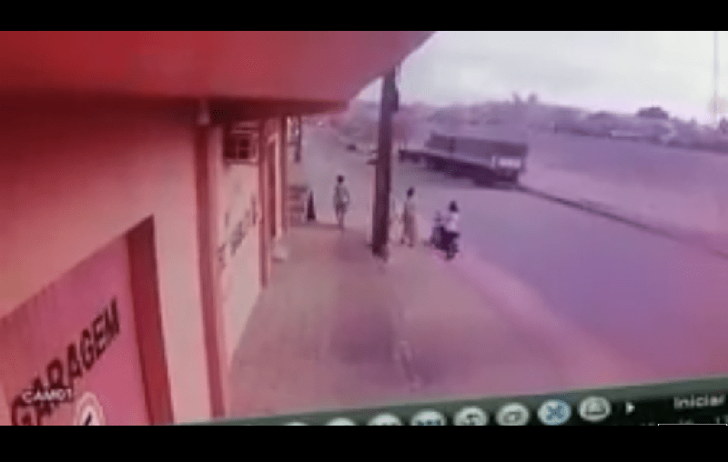 Vídeo mostra motociclista perdendo controle em acidente