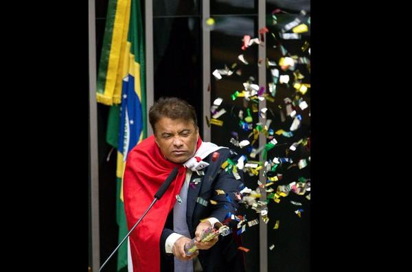 16/04 - O deputado Wladimir Costa (Solidariedade/PA) solta confetes durante sessão que discute o processo de impeachment da presidente Dilma Rousseff no plenário da Câmara, em Brasília (Foto: Daniel Teixeira/Estadão Conteúdo)