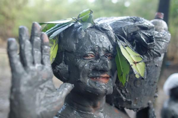 """Servidor público Paulo Rocha, 60 anos, se """"vestiu"""" para bloco Pretinhos do Mangue no nordeste do Pará. (Foto: Tarso Sarraf / O Liberal)"""