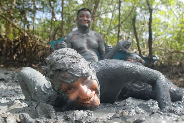 Brincantes começam a se preparar para o bloco Pretinhos do Mangue, no nordeste do Pará. (Foto: Tarso SArraf / O Liberal)