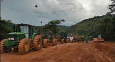 Tratores rebocam caminhões no Atoleiro da rodovia BR 163-PA