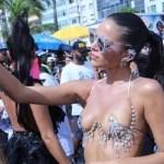 Bruna Marquezine usa sutiã 'revelador' no Bloco da Favorita