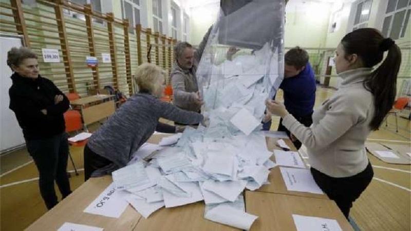 Urna é aberta na Rússia: Grupos e oposicionistas denunciaram irregularidades, mas comissão eleitoral diz não ter identificado violações (Foto EPA)
