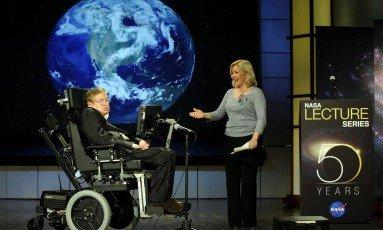 Stephen Hawking e sua filha, Lucy, em evento da Nasa