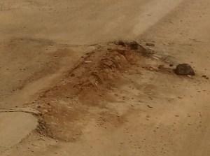 Buraco tapado com terra esfarela na rodovia BR 163