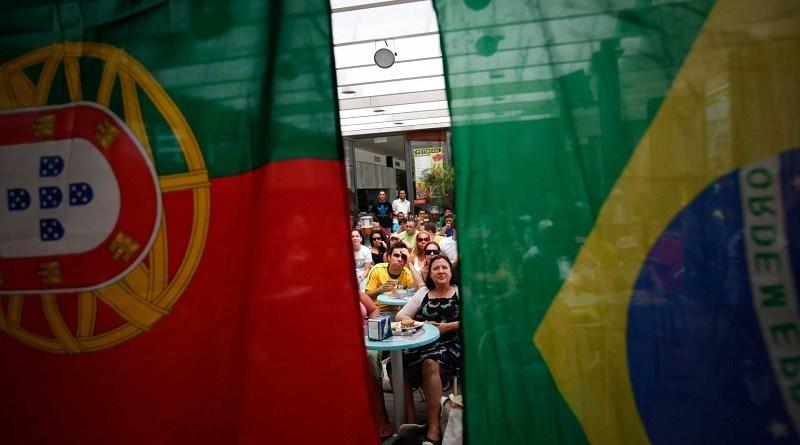Adeptos brasileiros assistem à partida entre as selecções de Portugal e do Brasil num bar na Costa de Caparica, 25 junho 2010. JOSÉ SENA GOULÃO / LUSA