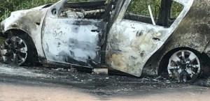 Veiculo ficou destruído pelo fogo.