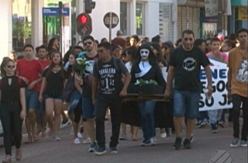 Manifestação simboliza o enterro da educação do Pará. Segundo os alunos e professores, a educação foi abandonada pelo poder público (Foto: Reprodução/TV Liberal)