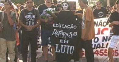 Professores de Altamira fazem cortejo fúnebre até cemitério para simbolizar enterro da educação no PA