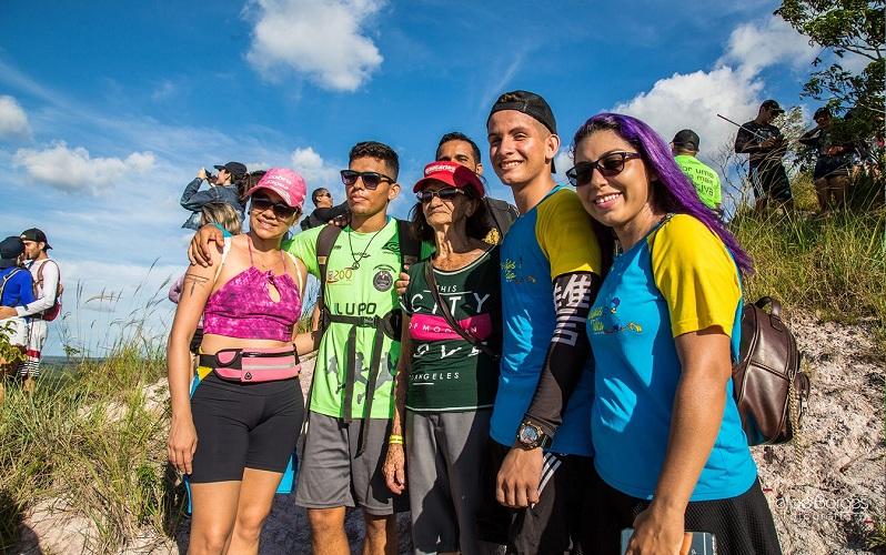 Dionísia com os bisnetos e amigos no cume da Serra em Alter do Chão (Foto: Felipe Borges/Arquivo Pessoal)
