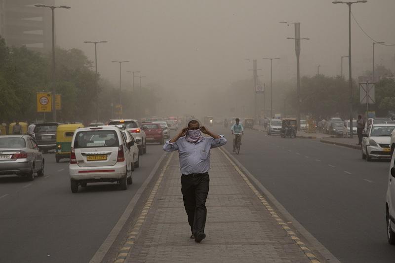Foto do dia 2 de maio de 2018 mostra tempestade de areia prejudicando visibilidade em Nova Déli, na Índia (Foto: AP Photo/Manish Swarup/File)