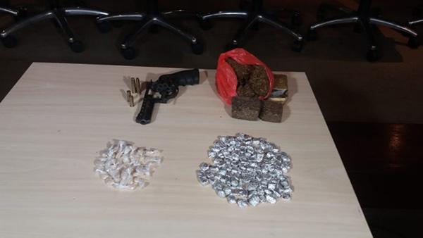 Armas e drogas apreendidas durante operação. (Foto: Cácia Medeiros/RBATV)