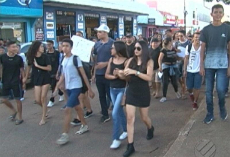 Manifestação simboliza o enterro da educação do Pará. Segundo os alunos e professores, a educação foi abandonada pelo poder público (Foto: Reprodução/TV Liberal )