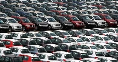 BRA10. RÍO DE JANEIRO (BRASIL), 04/09/2012.- Fotografía de archivo del 13 de noviembre de 2008 donde se ven cientos de coches importados de las firmas Chrysler, Dodge, Fiat y Citroen en el puerto de la ciudad de Río de Janeiro (Brasil), a la espera de ser puestos a la venta en los diferentes concesionarios de esas marcas en todo el país. Brasil registró en agosto una venta récord de 420.101 vehículos gracias a las reducciones de impuestos concedidas por el Gobierno para incentivar uno de los sectores más afectados por la crisis económica internacional, informó hoy, martes 4 de septiembre de 2012, la Federación de Distribuidores de Vehículos Automotores (Fenabrave). EFE/Marcelo Sayão