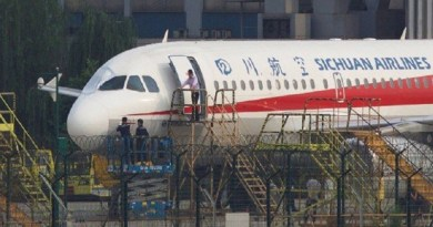 x76754976_workers-inspect-a-sichuan-airlines-aircraft-that-made-an-emergency-landing-after-a-windshie.jpg.pagespeed.ic.2vRFz3rr0u