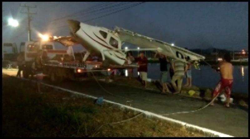 Dono de aeronave manda retirar do fundo do lago avião que caiu quando ele pilotava  (Foto: Reprodução G1)