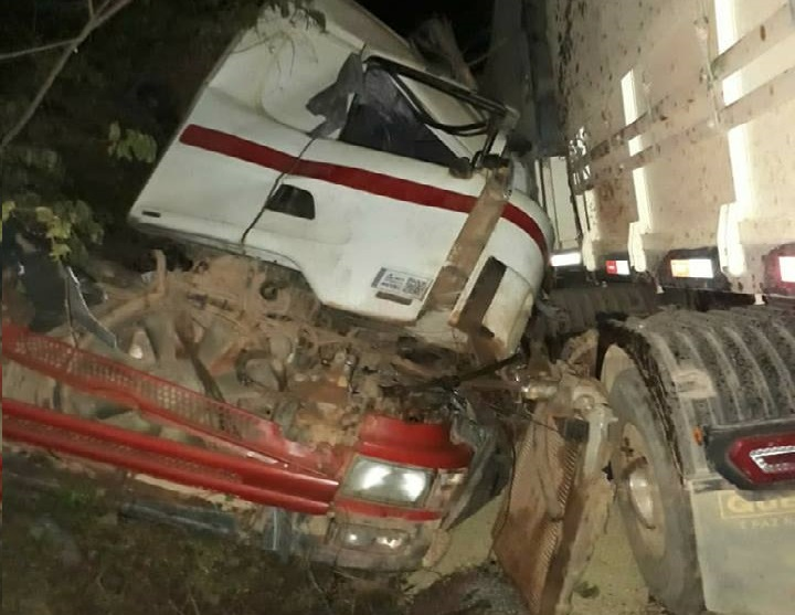 Caminhoneiro morre após acidente entre duas carretas na rodovia BR 163 no Pará