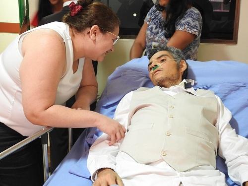 A médica Márcia Duarte conversa com Énio antes do casamento (Foto: Ascom/HRPT)