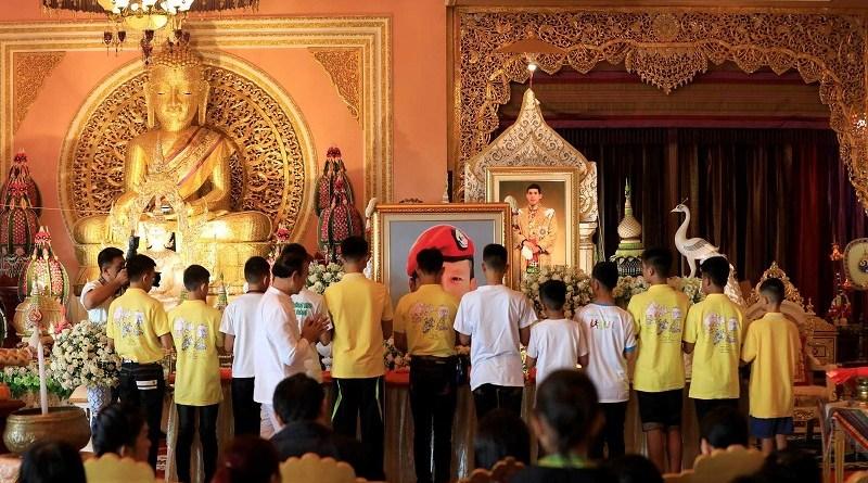Resultado de imagem para 'Javalis Selvagens' da Tailândia visitam templo para agradecer recuperação
