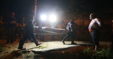 CABO SANTO AGOSTINHO -PE  15/08/2017 EMBARGADO  ESPECIAL RECORD DE VIOLENCIA PE- O estado de Pernambuco tem record historico de homicidios do pais  BAIRRO - CHARNEQUINHA- policiais aguardam a chegada do iml para retirada de um corpo que foi estrangulado    FOTO ALEX SILVA/ESTADAO