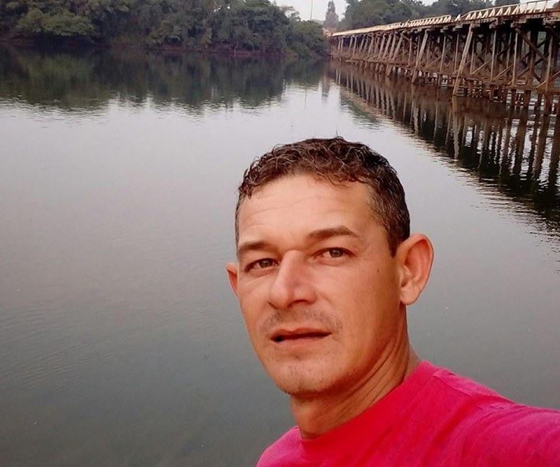 Rodrigo Alves Hubner, de 33 anos, conduzia um trator que enroscou em um cabo de alta-tensão e pegou fogo em Porto dos Gaúchos (Foto: Facebook/Reprodução)