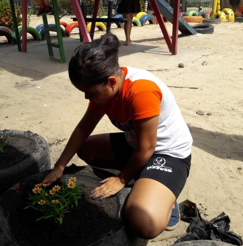 Na escola, alunos aprendem a transformar pneus velhos em belos recipientes de plantas (Foto: Dilma Guerreiro ) Na escola, alunos aprendem a transformar pneus velhos em belos recipientes de plantas (Foto: Dilma Guerreiro )