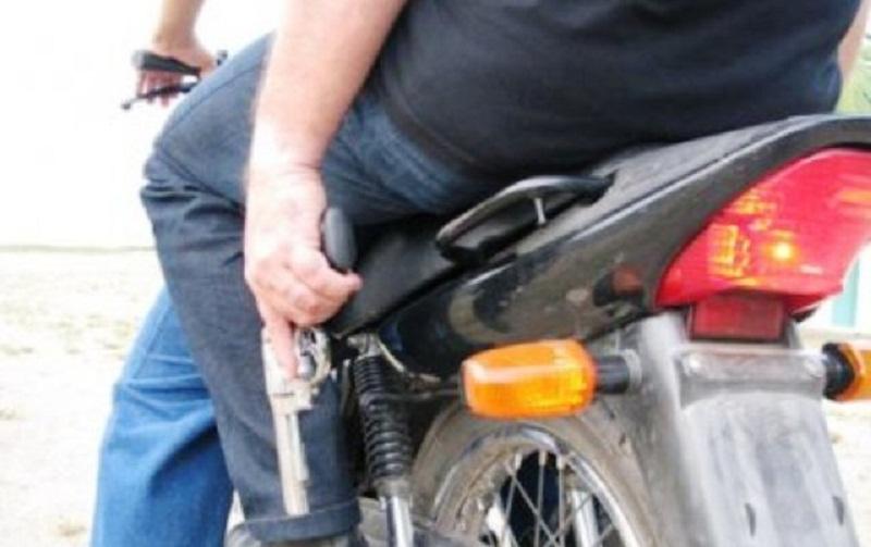 Atirador em moto dispara três tiros em homem na sua casa no bairro São Marcos e foge
