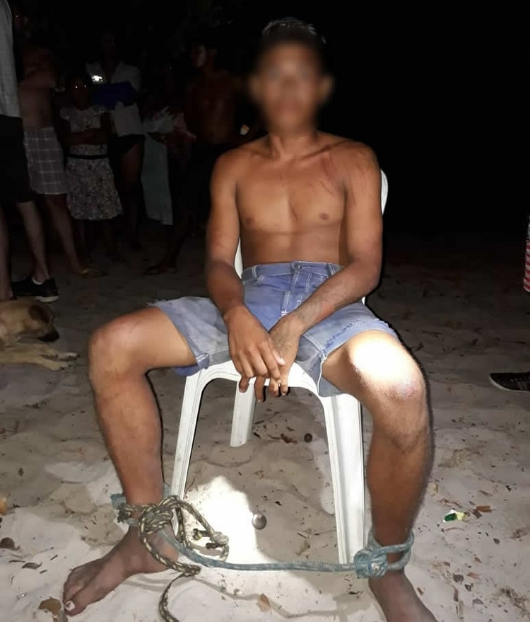 Jovem foi capturado por populares e ficou amarrado até a chegada da polícia, em Oriximiná (Foto: Márcio Garcia)