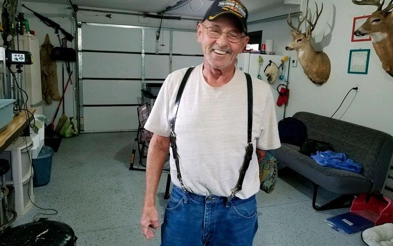 Myron Schlafman posa para foto na garagem de sua casa em Jamestown, na Dakota do Norte, na terça-feira (25) — Foto: KFGO Radio via AP