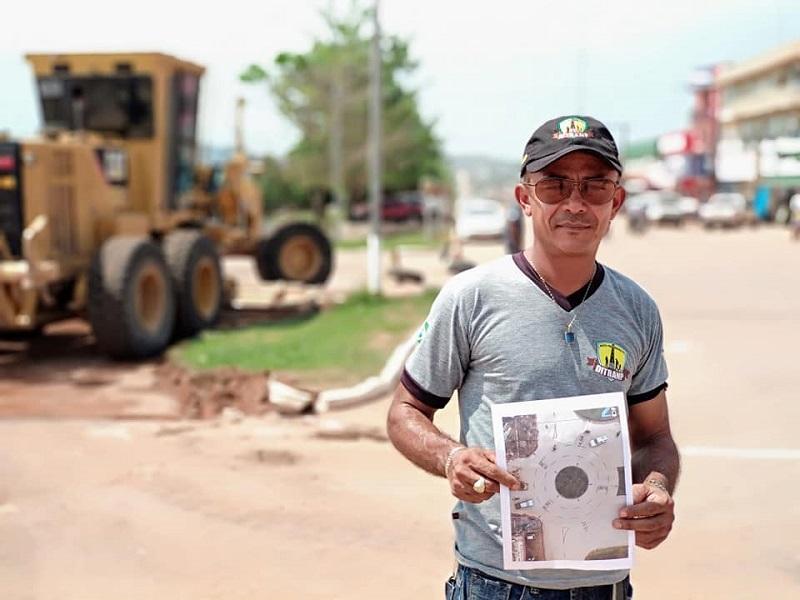 Chefe do Ditranp mostra projeto da rotatória (Foto:Divulgação Prefeitura)