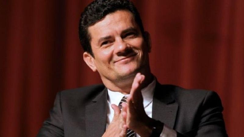 Sérgio Moro Direito de imagem AFP O juiz Sérgio Moro já despachou 45 sentenças desde o começo da Lava Jato
