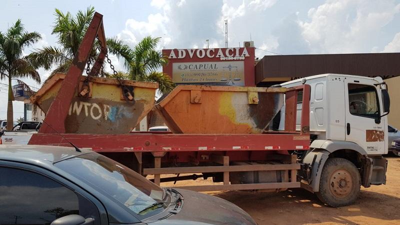 O caminhão que era utilizado pelo acusado também foi levado para a delegacia. Caminhão da empresa.