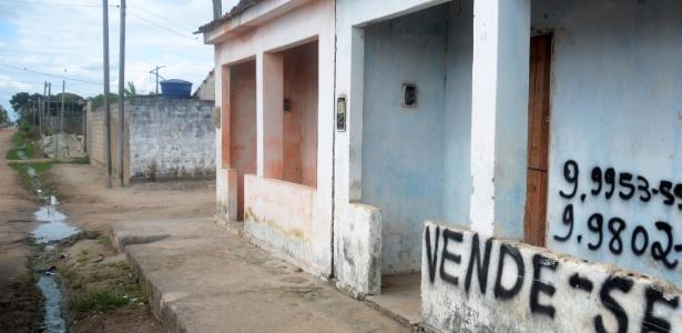 (Foto:Beto Macário/UOL_) Moradores põem casas à venda após onda de violência na região de Luziápolis Crack chega às segundas e às quintas