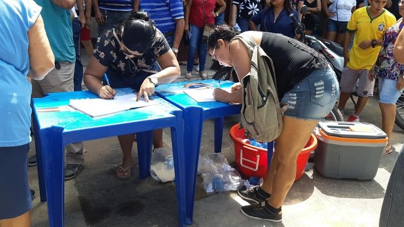 Coleta de assinaturas para abaixo-assinado durante a manifestação contra o aumento da conta de luz — Foto: Tracy Costa/G1