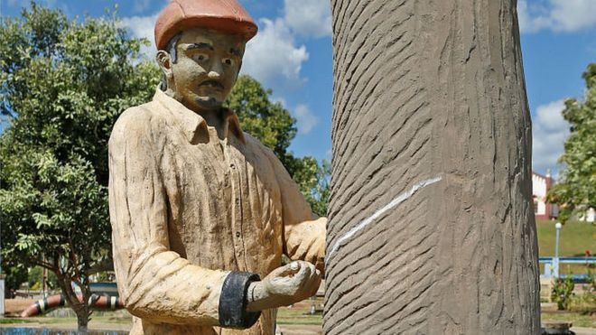 Uma escultura na praça central da Fordlândia homenageia o precioso látex amazônico