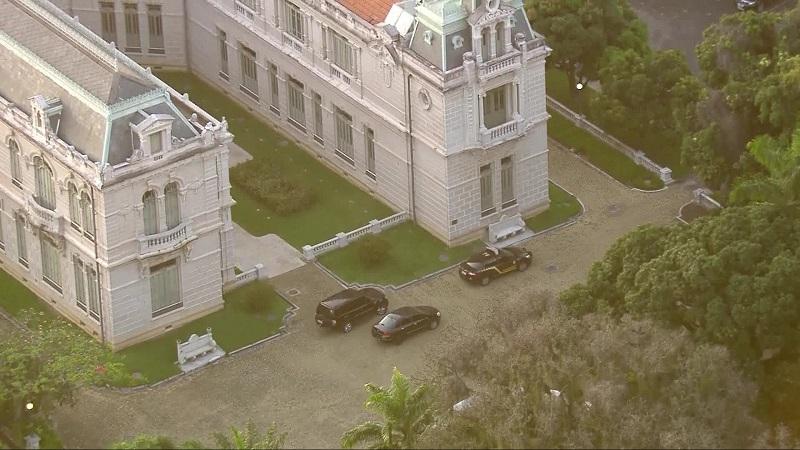 Carros da Polícia Federal param na porta do Palácio Laranjeiras, residência oficial de Pezão — Foto: Reprodução/TV Globo