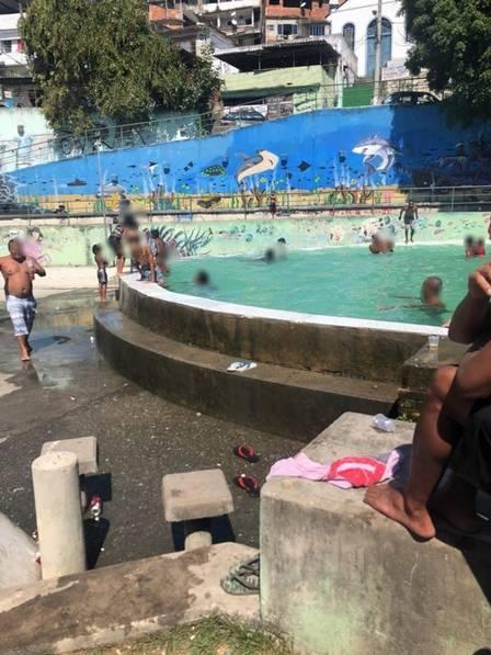 Piscina ganhou melhorias e continua sendo área de lazer da favela Foto: Reprodução Facebook